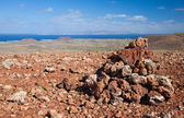 Red volcanic rock cairn on the edge of Calderon Hondo — Stockfoto