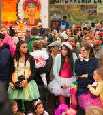 Santa cruz, spagna - 12 febbraio: pubblico vestita in su in attesa di t — Foto Stock