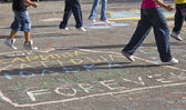 Children draw on the pavement — Stockfoto