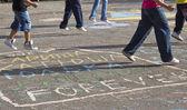 Children draw on the pavement — ストック写真