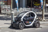Electric Renault charges the battery on the street in Paris — Stock Photo