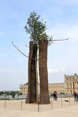 Giuseppe Penone installation in the gardens of Versailles — Stock Photo