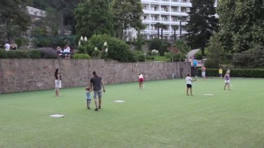 Vacationers in a sanatorium on the court playing badminton — Stock Video