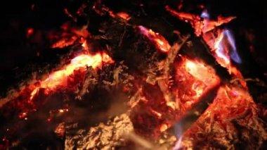 Smoldering embers in the fire — Vídeo de stock
