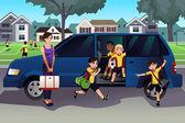 Matka odwożenie dzieci do praktyki w piłce nożnej — Wektor stockowy