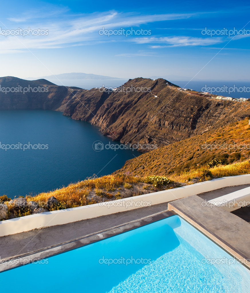 Beautiful resort overlooking Santorini Cliffs — Stock Photo #13894809