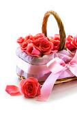 μπουκέτο τριαντάφυλλα στο καλάθι — Φωτογραφία Αρχείου