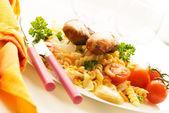 香肠和通心粉沙拉 — 图库照片