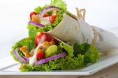 Carta avvolto tortillas di pollo — Foto Stock