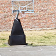 Basketball hoop and an empty outdoor court — Stock Photo