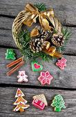 Pan de jengibre y guirnalda de navidad — Foto de Stock