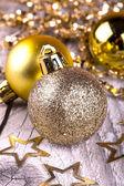 在木头上的金色圣诞球。 — 图库照片