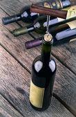 Botella de vino en una mesa de madera — Foto de Stock