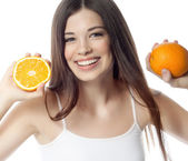 Femme souriante avec orange — Photo