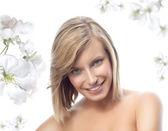 Женщина над цветочный фон — Стоковое фото