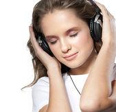 ヘッドフォンでの女の子の美しさ — ストック写真