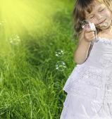 Dziewczynka dmuchanie baniek mydlanych — Zdjęcie stockowe