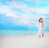 Girl running on the beach — Stock Photo