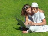 Bilgisayar ile mutlu bir aile — Stok fotoğraf