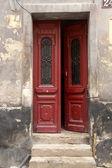 Antieke houten deur open — Stockfoto