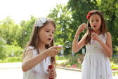 девочки удары мыльные пузыри — Стоковое фото