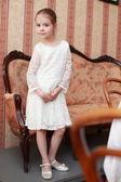 Bella bambina in un bel vestito — Foto Stock