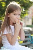 белый мороженого в руке красивая девочка — Стоковое фото