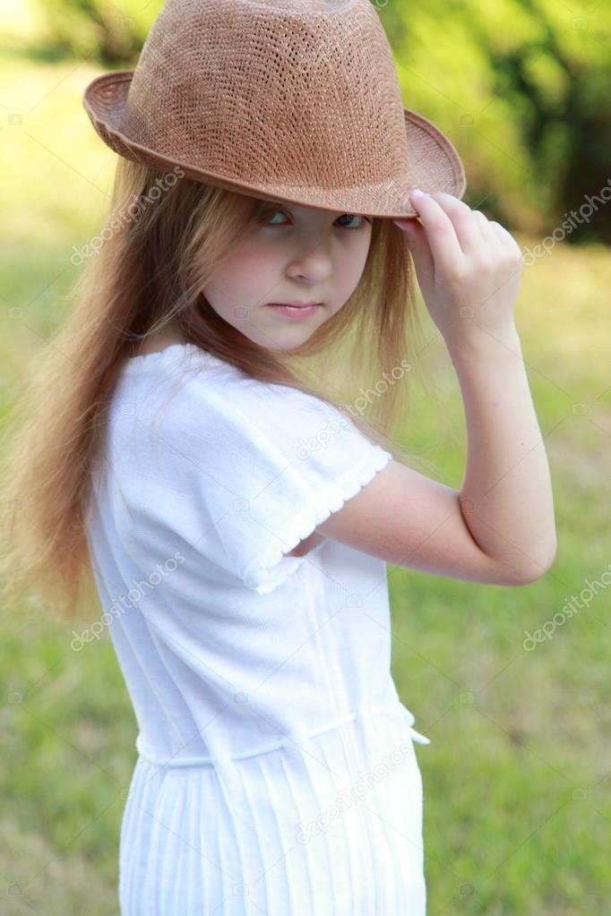 外帽子的可爱小女孩