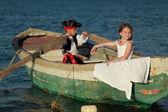 Belle ragazzini giocano pirati — Foto Stock