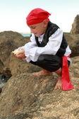 Portret van een schattige jonge jongen verkleed als een piraat permanent aan de kust — Stockfoto
