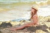 Retrato de una niña que sueña un sombrero sobre un fondo de un mar de paisaje al aire libre — Foto de Stock