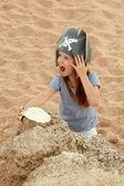 Emocjonalne młoda dziewczyna w kapeluszu pirat jest zły i szukam skarb. — Zdjęcie stockowe