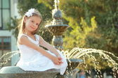 Portrait of beautiful girl near the fountain — Stock Photo