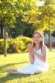 Uśmiechnięte dziecko jedzenie lodów w lato park — Zdjęcie stockowe