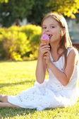 Krásná holčička jíst zmrzlinu venkovní — Stock fotografie