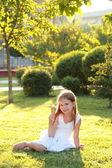 Okouzlující mladá dívka s sladký úsměv v bílých šatech — Stock fotografie