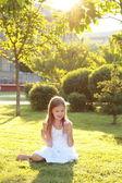 Portrét krásné holčičky se šťastným úsměvem jí jahodové zmrzliny — Stock fotografie