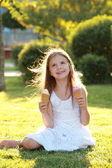 Retrato de una hermosa niña con una sonrisa feliz come bayas helado — Foto de Stock