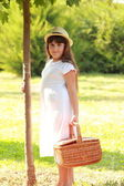 Young girl holding a basket for a picnic — Стоковое фото