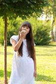 Dívka jí jablko — Stock fotografie