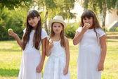 Meisjes eten van appels in de natuur — Stockfoto
