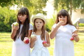 Girls eating apples in nature — Stock Photo