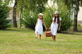 Girls in the park with a picnic basket — Foto de Stock