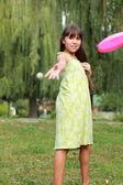 Holčička hrát frisbee — Stock fotografie