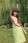 Маленькая девочка, играя Фрисби — Стоковое фото
