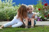 маленький мальчик, играя со своей сестрой — Стоковое фото