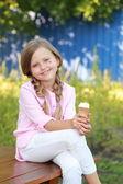 Liten flicka äter glass — Stockfoto