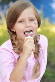 小さな女の子のアイスクリームを食べる — ストック写真
