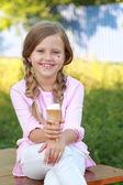 小女孩吃着冰淇淋 — 图库照片