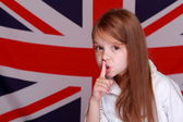 Girl on the background of the flag of Great Britain — 图库照片